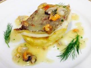 Scaloppa di Dentice su crostone di pane e patata gratinata con salsa ai frutti di mare